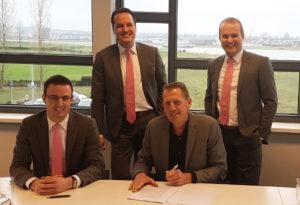 De drie Creaforti-eigenaren en Zetacom bezegelen de overname van Creaforti. Boven: Willem van de Kerkhof (l.) en Paul Bongers. Onder: Koen van den Boom (l.) en Zetacom-CEO Dick Dompeling.
