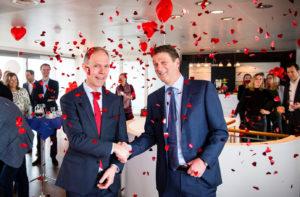 Floris Italianer (l.), directeur Hartstichting en Henk Valk, CEO Philips Benelux, bezegelen een driejarige samenwerking.