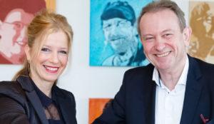 Marie-Louise Vossen (GGzE) en Wim van der Meeren (CZ) bezegelen een samenwerkingsovereenkomst op ehealth-gebied.