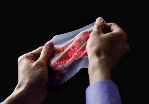 Japanse wetenschappers hebben een elastische tweede huid ontwikkeld met daarin sensors om lichaamsfuncties te monitoren.