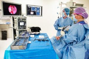 KNO-arts Wietske Richard van het MMC gebruikt een navigatiesysteem bij neusbijholteoperatie. (Beeld: MMC.