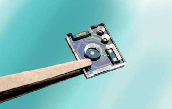 Miniaturized sensor determines pH and chloride levels in fluid